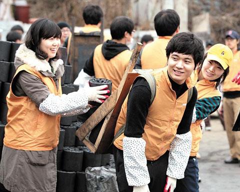 중소기업 네오위즈의 직원들이 서울 중계동에서 지난 연말 연탄 나르기 자원봉사를 하고 있다.