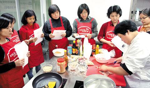 락앤락이 사회공헌 활동의 일환으로 다문화 가정의 주 부들을 위한 한국 요리 강좌를 열고 있다.